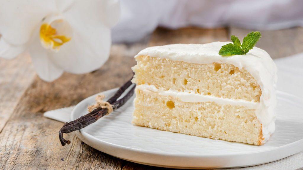 طرز تهیه کیک وانیلی با روکش ماست یونانی، ساده ترین کیک روکش دار خانگی