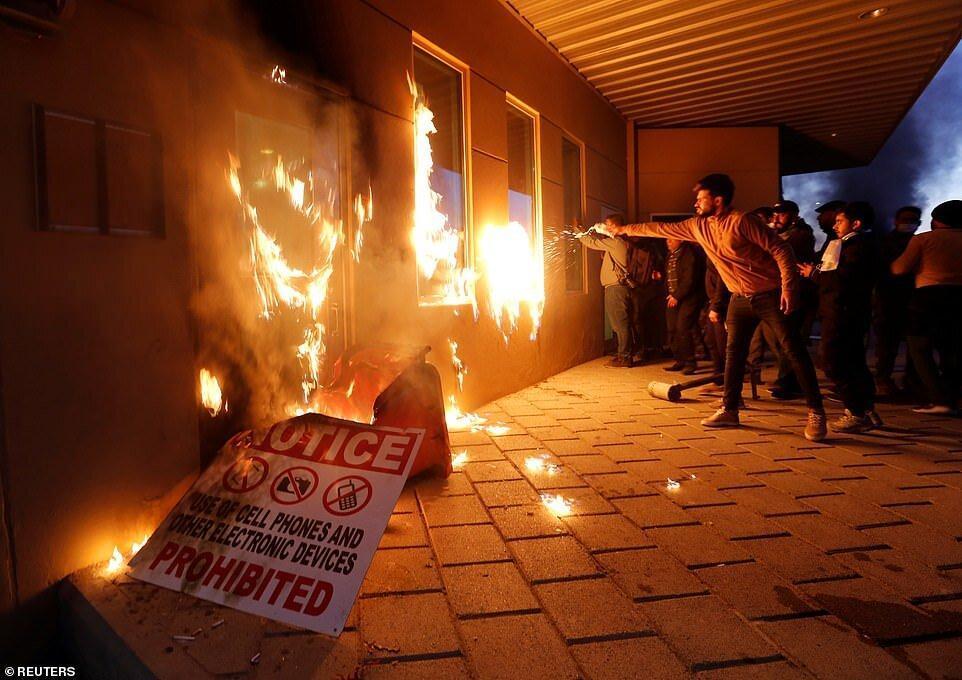 تصاویری که دیلی میل از حمله به سفارت آمریکا منتشر نموده است، حشد الشعبی انتها تحصن را اظهار داشت